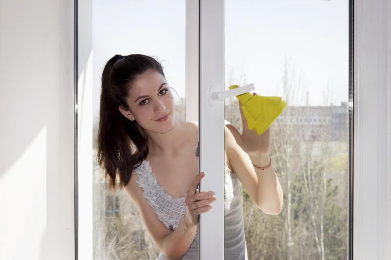Weiße Kunststoff-Fensterrahmen putzen