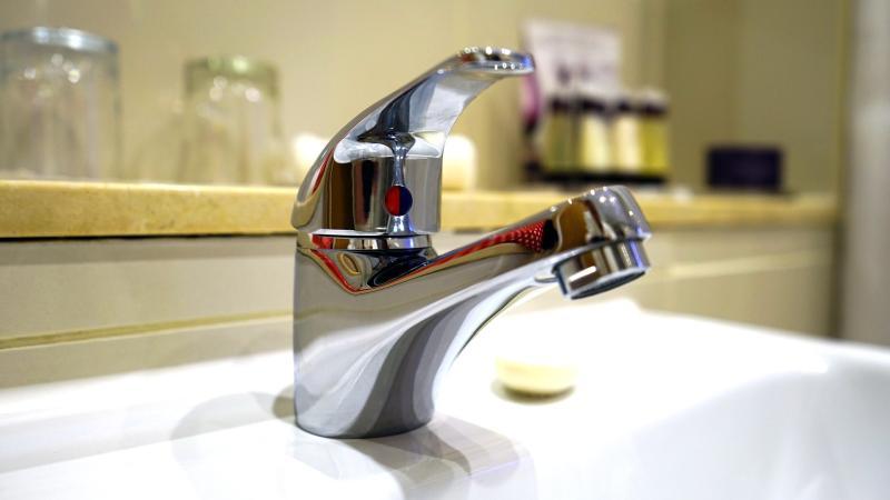 Wasserhahn reinigen: So entkalten Sie Ihre Bad- und Küchen-Armaturen