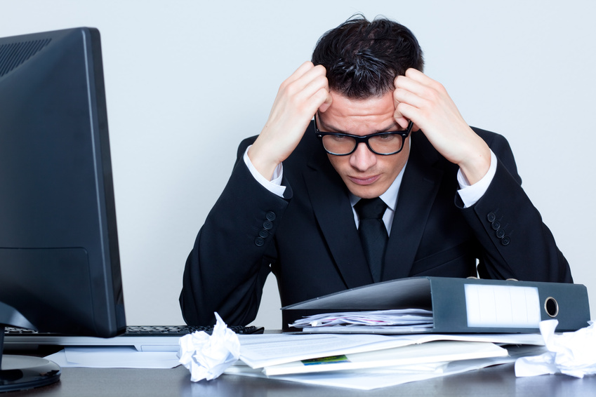 Angestellter versinkt im Chaos am Arbeitsplatz