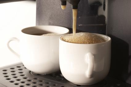 Zwei fast volle Tassen Kaffee