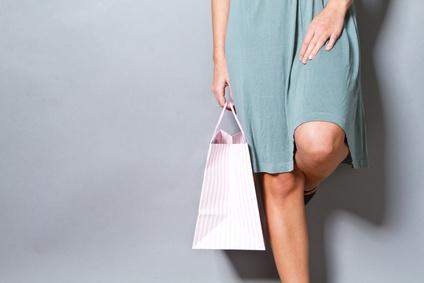 Frau trägt Tasche