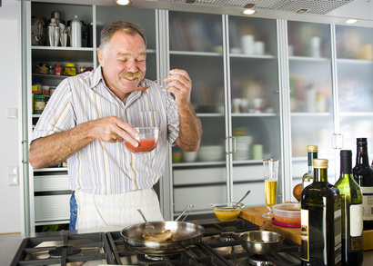 Senior in der Küche und kocht