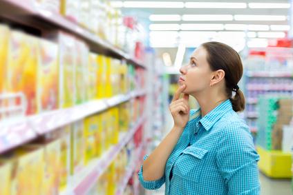 Frau steht vor Supermarktregal