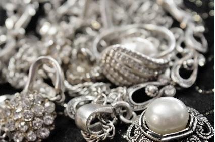 Silberketten und Ringe