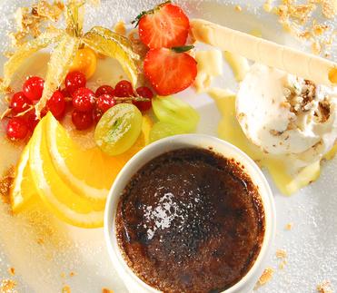 Schokoladen-Crème brûlée mit Früchten und Eis