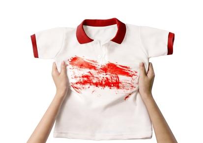 Hände halten fleckiges Shirt