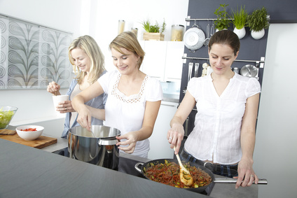 Drei junge Frauen beim Kochen