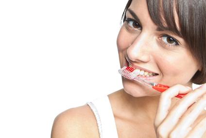 Frau putzt sich die Zähne