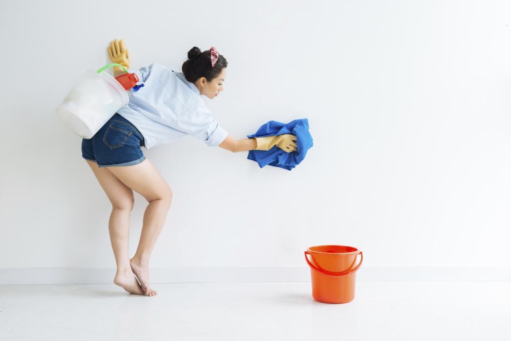 Flecken auf Wand und Tapete entfernen – so geht's