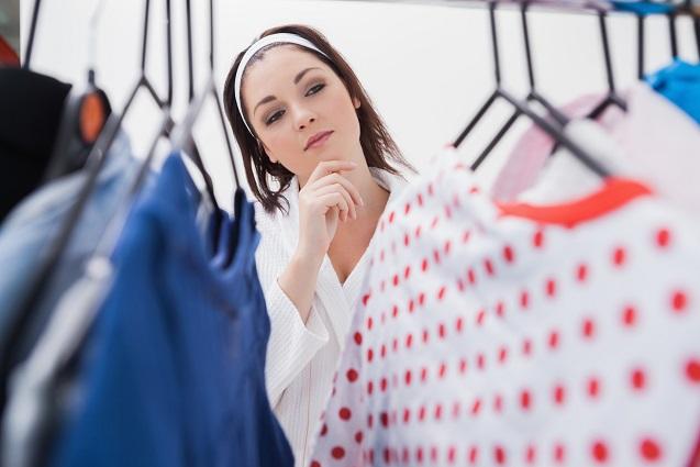 Eine Frau schaut in ihren Kleiderschrank