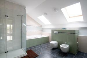 Duschkabine auf Hochglanz bringen: So gelingt es mit Hausmitteln