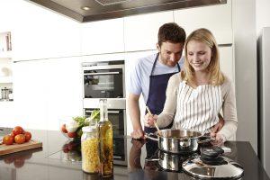 Wer in der Küche auf moderne, energieeffiziente Geräte setzt, kann langfristig viel Geld sparen. Foto: djd/AMC Alfa Metalcraft Corporation