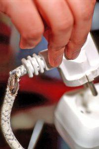 Sind etwa Kabel angerissen oder sitzen Stecker verdächtig locker, kann dies gefährliche Folgen haben. Foto: djd/www.BGETEM.de/thx