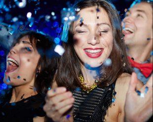 Silvester sollte man mit den guten Freunden feiern, mit denen man garantiert Spaß haben kann. Foto: djd/Bauknecht/thx