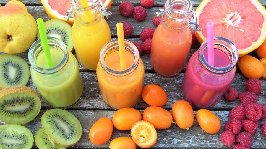 Gesund durch den Alltag: Mit frischen Säften und Smoothies