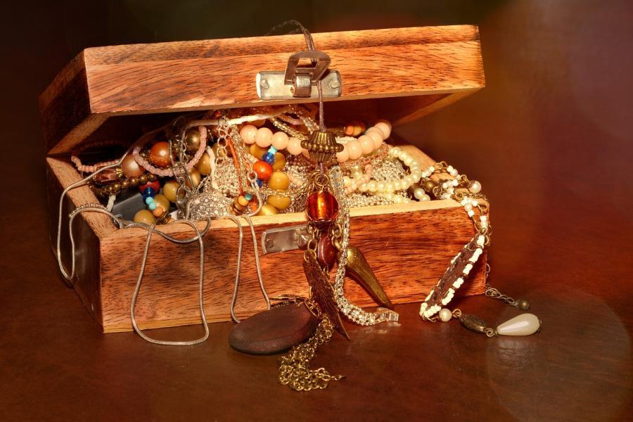 Schmuck aufbewahren: Schöne Ideen für Ohrringe, Ketten und Co
